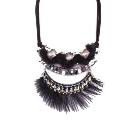 Collier plastron ethnique noir à plumes poils et perles