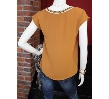 T-shirt moutarde sans manches col V rayures noires et blanches pailletées