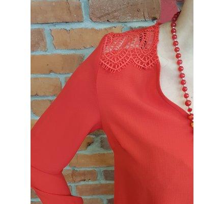 Blouse rouge épaules brodées et bordures pailletées