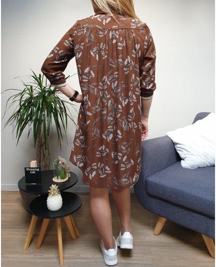 Robe chemise marron à plumes blanches vertes et mauves