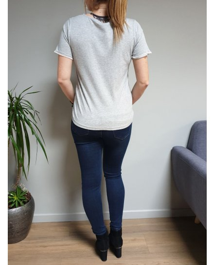 T-shirt gris manches courtes col V à broderies blanches