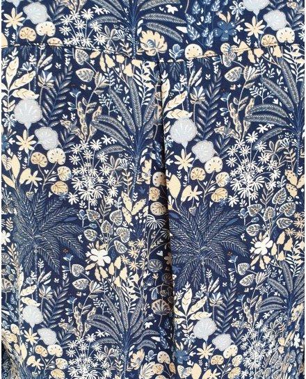 Chemisier bleu fleurs et palmiers beiges et blancs
