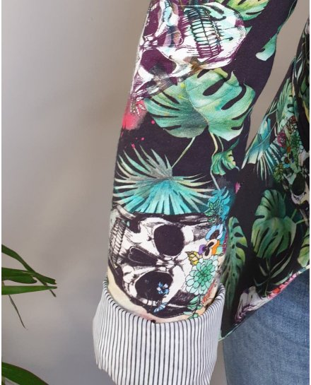 Veste tailleur noire têtes de mort fleuries et feuillage exotique vert