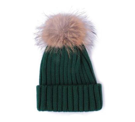 Bonnet vert à pompon marron et noir
