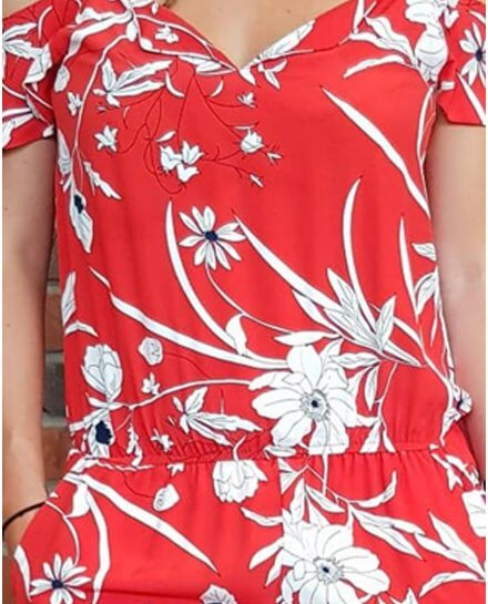 Combinaison pantalon rouge à fleurs blanches