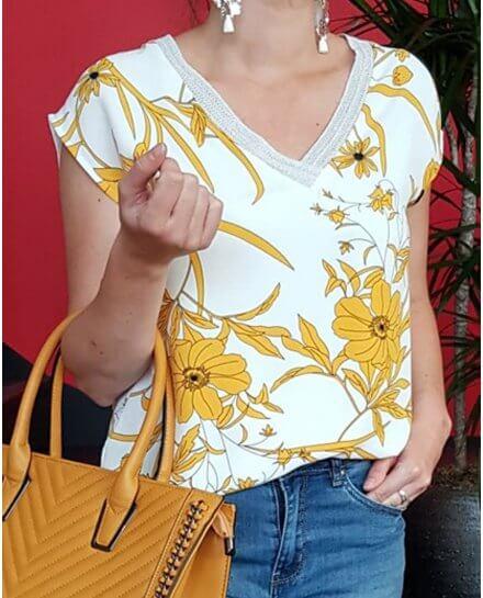 T-shirt blanc à fleurs jaunes col argenté