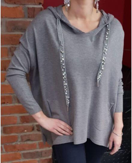 Pull fin gris à capuche et cordons à perles