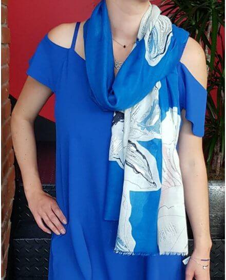 Echarpe bleue roi pivoines blancs bleus et gris reflets argent