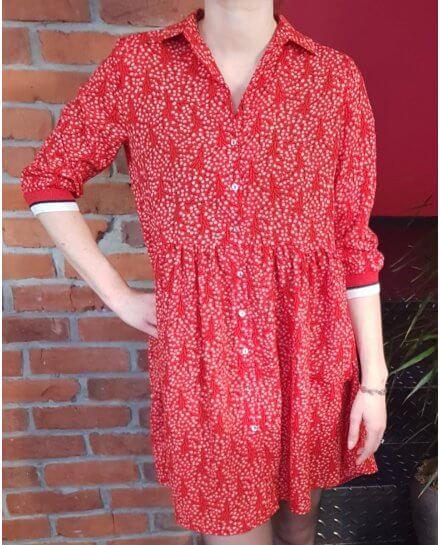 Robe chemise rouge fleurie noire et blanche poignets rayés