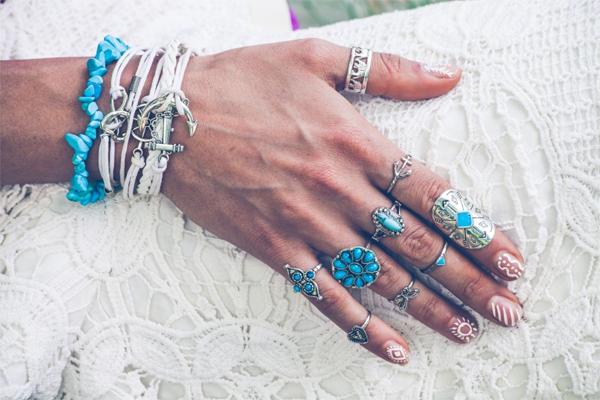 Porter ses bijoux fantaisie naturellement